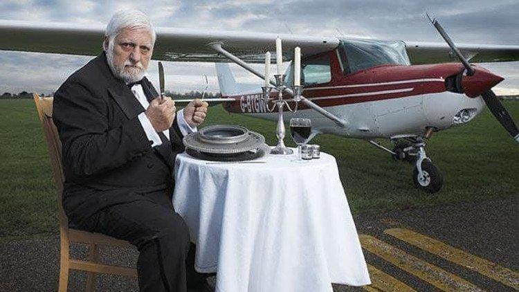 Michel Lotito từng ăn cả một chiếc máy bay.