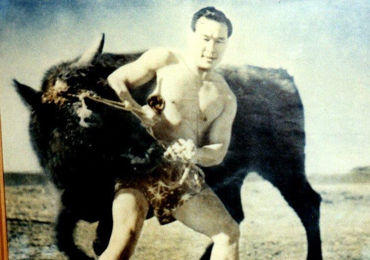 Huyền thoại võ thuật chém bay sừng bò bằng tay không.