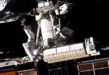 Các phi hành gia đi bộ ngoài không gian để thay pin năng lượng Mặt trời cho trạm vũ trụ.