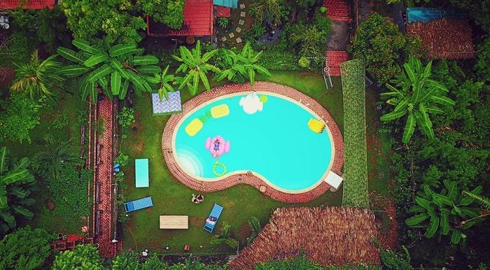 Khuông viên lý tưởng với hồ bơi và cây xanh