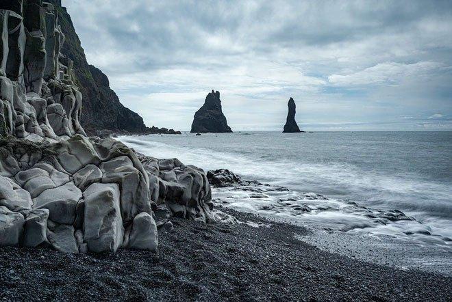 Bãi biển cát đen từng xuất hiện trong nhiều bộ phim nổi tiếng.